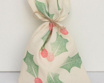 Christmas Holly Favour Bags/ santa sack. Twine tie Christmas holly print mini santa sack, calico bags x 10