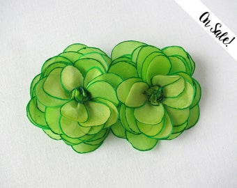 Two chartreuse green roses - silk flower brooch ***Item on sale*** Previous price : 30.50 EUR