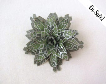 Green snowflake silk brooch - silver and forest green silk snowflake - hand painted silk brooch ***Item on sale*** Previous price : 21 EUR