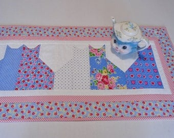 Kitty Quilted Table Runner in Blue and Pink, Floral Quilted Table Topper, Kitty Cat Table Quilt, Quilted Table Cloth Runner, Dresser Scarf