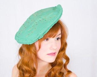 25% OFF SALE / 1930s vintage hat / rayon tilt beret / Golden Fern