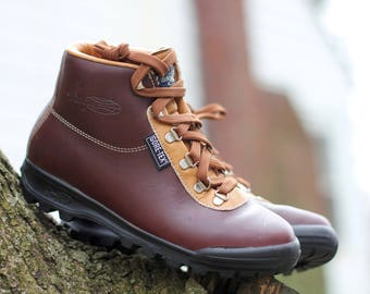 Near-flawless 1991 waterproof Gore-Tex and leather hiking boots - Made in Italy by Vasque - Women's 7.5 - May fit smaller trans / male feet