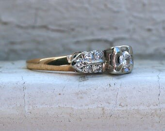 Vintage Traditional Diamond Engagement Ring in 14K Yellow Gold.