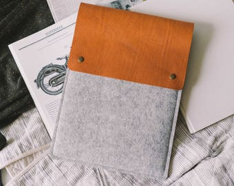 """Sleeve for iPad Pro 12.9, italian vegetable tanned leather, wool felt, """"Courier"""", by band&roll"""