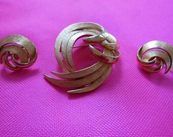 Vintage Gold Tone Trifari Swirl Brooch and Earring Set