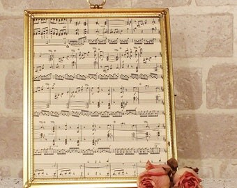 8 x 10 gold Metal Picture frame, old style velvet easel back and key hole top embelishment, desk top, free standing frame,