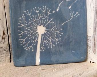 Piattino decorato fatto a mano / decorazione floreale / decorazione a graffito / floral decoration / blue and white / soffione / flower