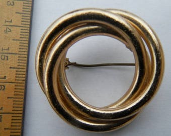 Pretty little 1970's gold plated circular brooch. Free postage