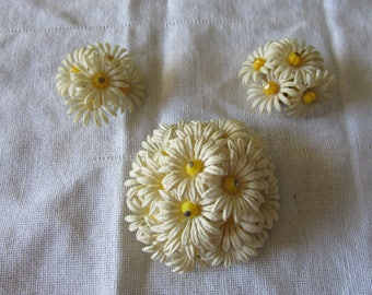 """Retro PLASTIC DAISY Jewelry SET Brooch Measures 2"""" Clip On Earrings Measure 1 1/4"""" Marked Hong Kong Ladies Collectible April Birth Flower"""
