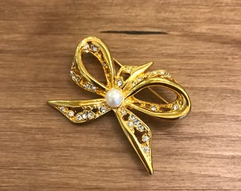 Napier Gold Tone Brooch Bow Ribbon Pearl Center