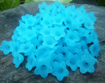 100 pcs Vibrant Blue Frosted Acrylic Daisy Flower Beads 13mm x 7mm