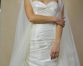 abito da sposa in taffetà con corpetto drappeggiato e ventagli di pieghe sui fianchi
