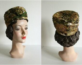 Vintage 1960s Brocad Pillbox Hat · Metallic, Beaded, Green, Gold · 22