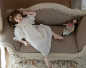 Girl in articulated porcelain, nightie dressed 1:12 scale (dollhouse). OOAK