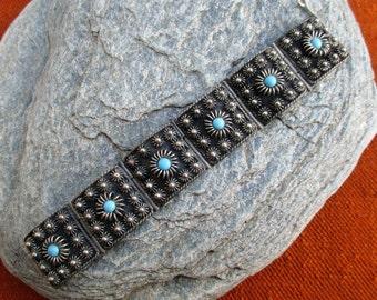 des années 60 ethnique lien bracelet, métal de couleur argent de style étrusque et turquoise faux, wirework cannetille marocain berbère