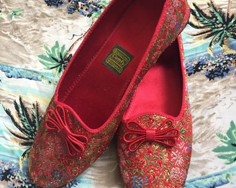 Vintage Red Floral Brocade Slippers   1950s Daniel Green Slippers   8 Narrow
