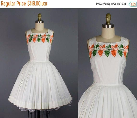 SALE 15% STOREWIDE 1950s embroidered cotton dress/ 50s novelty grapes sundress/ white/ small