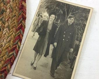 Vintage Couple, 1940s Women Fashion, 1940s Men Fashion, Melbourne Gardens, New York, Dress Peacoat, Vintage Fashion, Vintage Ephemera, Retro