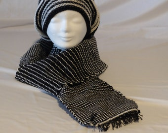 Extravagant set: crochet hat and Webschal in black and white made from 100% Merino Wool