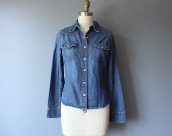 vintage denim western shirt / fitted denim blouse / pearl snap buttons / medium