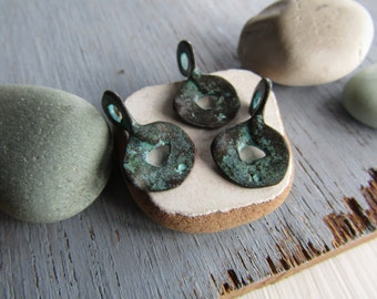 small rustic pendant , ethnic charm, round donut metal casting accent drop, green patina finish on antiqued copper ( 6pcs )6BS902