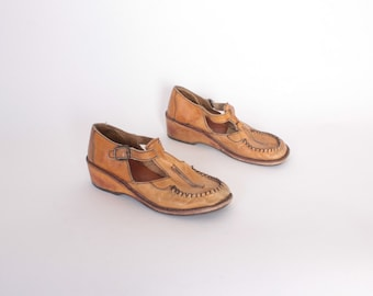 Vintage 70s Leather T-STRAPS / 1970s Boho Caramel Brown Leather Wood Heel Wedges 8