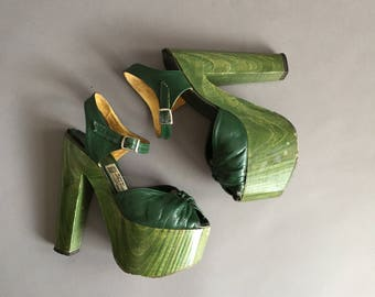 RARE vintage 1970s Goody Two Shoes green wooden leather Platforms. 1970s vintage platforms