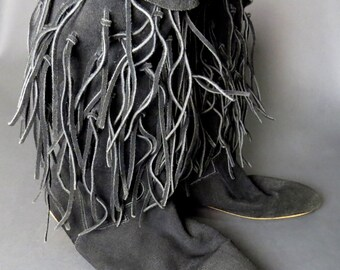 vintage 80s black suede fringe slouch boots // rocker // boho // hippie boots // size 10