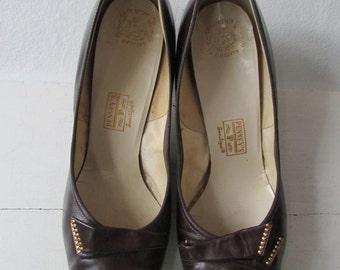 vintage shoes | vintage pumps | 1950s shoes | 50s pumps | vintage heels | 1950s heels | brown leather shoes | size 9 | The Piper Pump