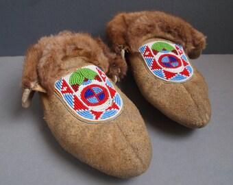 Beaded moccasins - Inuit mocs - vintage moccasins - fur slippers - ethnic - tribal - winter shoes - vintage slippers - boho - Indian shoe