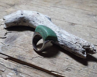 Metal ring with ceramic element