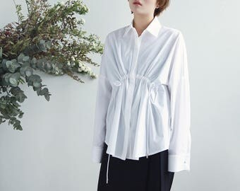La chic Parisienne Collection white/blue stripe designed front drawstring shirt
