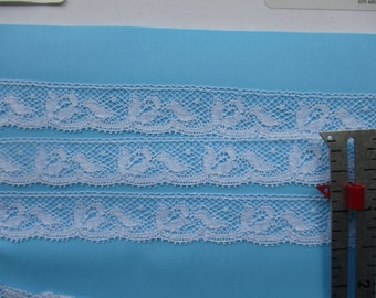 """5/8"""" French Val Lace Edging w Flower Motif"""
