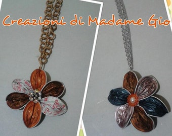 Flower necklace with capsules