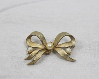 1960s Vintage Bow Brooch with Pearls