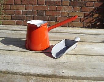 Pot à lait tôle émaillée, pelle à bonbons, mesure à grains. Enamelled sheet metal.  France