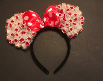 Minnie Mouse ears, party favors, costumes. Red flores