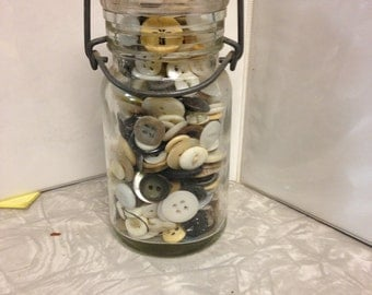 Bail jar with buttons