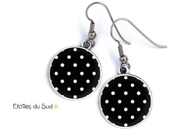 Boucles d'oreilles pois blancs fond noir, métal argenté, acier chirurgical ,cabochon résine /ref.13
