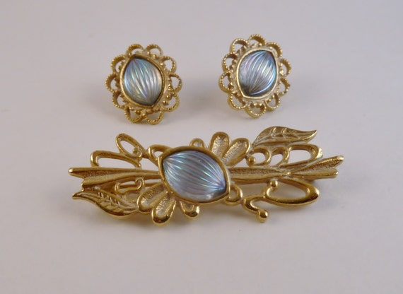 Vintage Pin and earring set//Vintage brooch earring set/iridescent blue stone/scarf clip and earrings/Vintage career wear/Antique goldtone