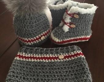 Tuque cache cou bottines en laine faits a la main produits du quebec avec pompons fourrure recycler