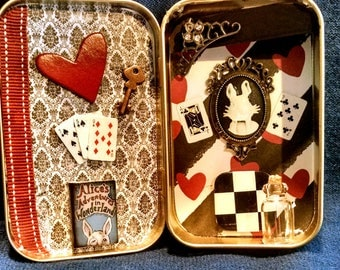 Alice in Wonderland Altered Altoid Tin