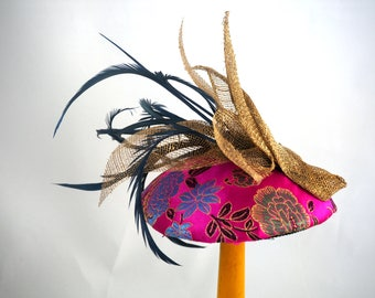 Bibi, round fascinator with feathers and gold sisal satin