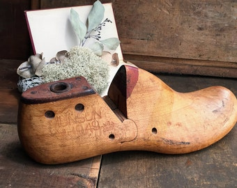 Wooden Shoe Form Shabby Decor -  Folk - Primitive - Vintage Industrial - 1949 Munson M&T Corp
