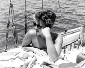 vintage photo 1950 Bathing Suit Beauty Woman Cool Tan Sunglasses on Boat w Beers Snapshot