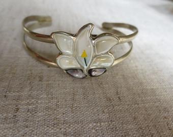 Beautiful costume jewelry faux mother of pearl silver tone flower design cuff bracelet. Lot of 1 bracelet.