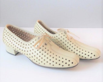ON SALE NOW Vintage Ivory Oxford Shoes / 1960's Off-White Leather Lace-Up Oxford Flats / Womans Heels Size 8 Nurse Shoes