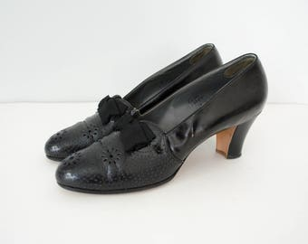 1920s vintage shoes / black leather heels / bows and flowers / Laird & Schober / size 8