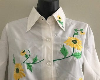 Vintage White Long Sleeved Button Up Blouse with Embroidered Sunflowers / White Shirt with Daisy Floral Print Tunic Style Blouse Size Large