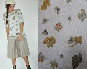 SHIPPING DELAY 1970s Foraged Fungi & Berry Forest Treats Novelty Print Silver Shimmer Metallic Blouse